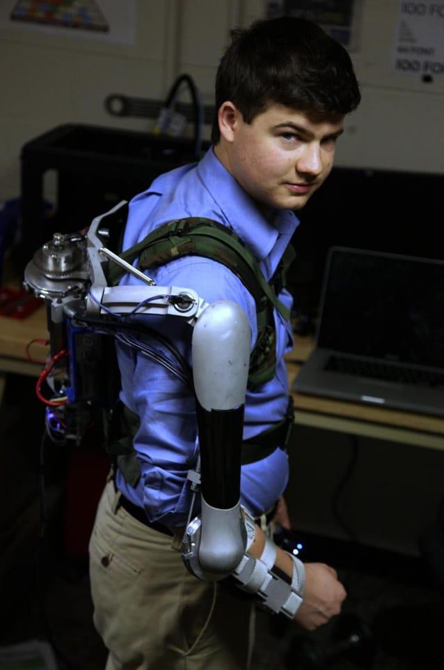 Nick McGill, uno degli inventori, indossa il Titan Arm.