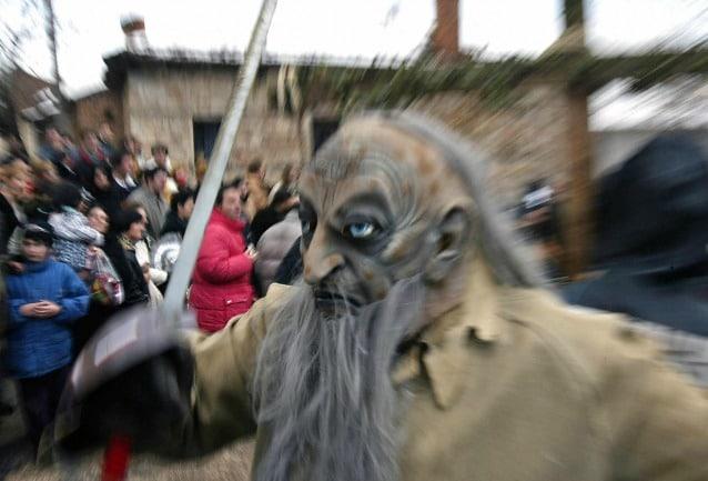 Maschera demoniaca al carnevale ortodosso di Vevcani, in Macedonia, uno dei più antichi d'Europa dall'origine pagana.