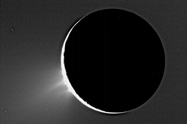 Pennacchi dal polo sud di Encelado ripreso da Cassini (Foto Nasa).
