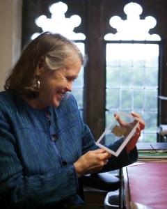 La Professoressa Karen L. King con il frammento