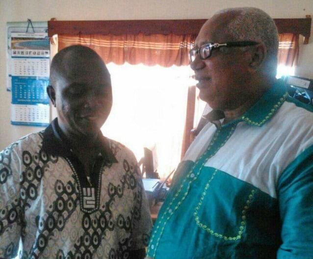 Il dottor Sheik Umar Khan, a sinistra, a colloquio con John Oponjo Benjamin, politico ed economista, già ministro delle finanze della Sierra Leone, presso l'ebola center di Kenema
