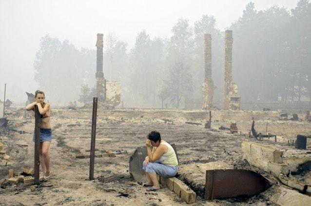 Ryazan, Russia, 2010: residenti tra i resti bruciacchiati delle ciminiere, tutto quello che resta dopo gli incendi che hanno flagellato la regione