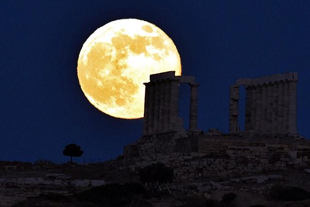 La superluna di giugno 2013 dietro il Tempio di Poseidone ad Atene.