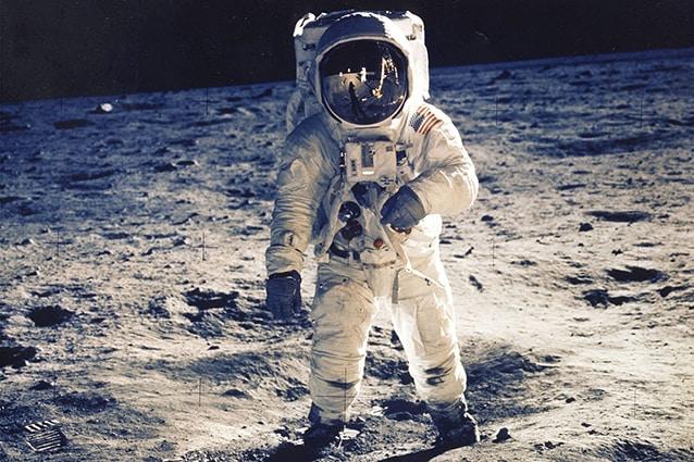 E. Aldrin sulla Luna, ma.. quel punto in alto a sinistra è una teda? No, solo un masso illuminato dal Sole.