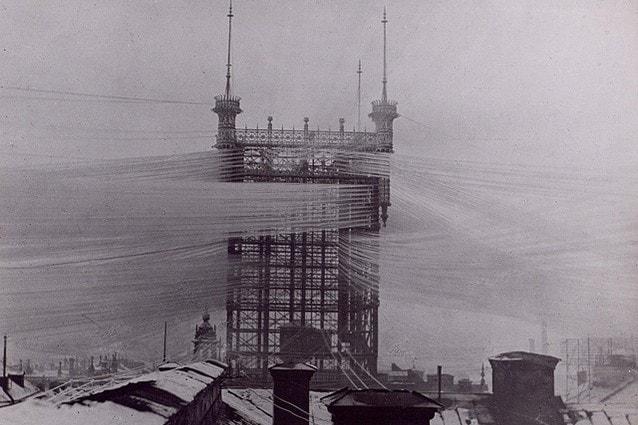 Una torre per i fili telefonici a Stoccolma, con 5000 linee collegate dal 1887 al 1913.