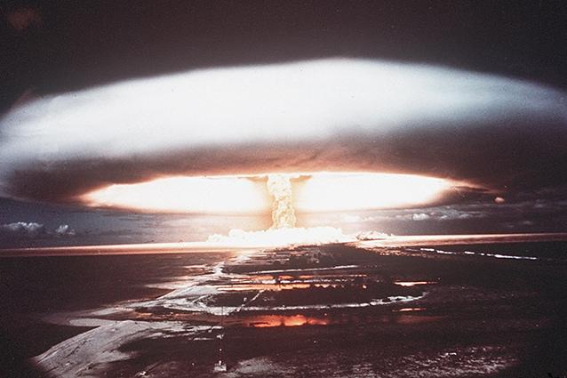 Esplosione nucleare del 1971 a Mururoa, Oceano Pacifico.