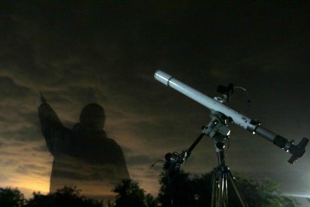Astronomo intento ad osservare le Orionidi in una località poco distante da Sofia, in Bulgaria (ottobre 2013)