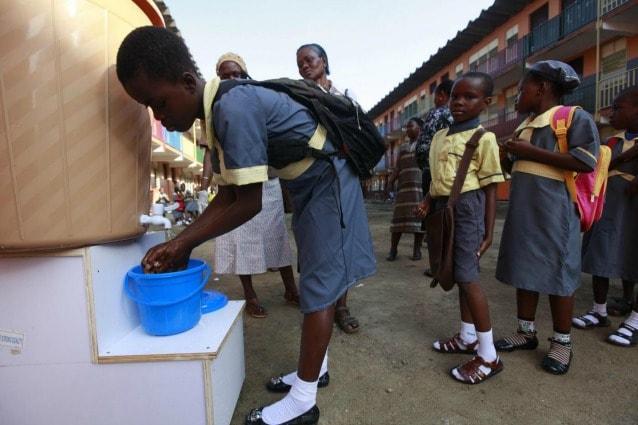 Lagos, bambini di una scuola elementare lavano le proprie mani con il sapone dopo essere stati sottoposti alla misurazione della temperatura, per verificare la presenza di sintomi da virus ebola