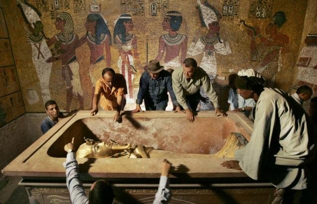 il sarcofago esterno in granito e, al suo interno, il primo sarcofago antropomorfo, quello in legno rivestito in oro (prima di giungere alla mummia ricoperta dalla maschera ce ne sono altri due)