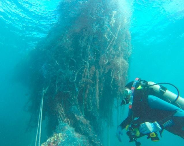 Immagine della rete rimossa presso l'atollo Pearl and Hermes (foto NOAA)
