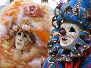 Bologna, bimbo di 2 anni scivola dal carro di Carnevale, che lo calpesta: è grave
