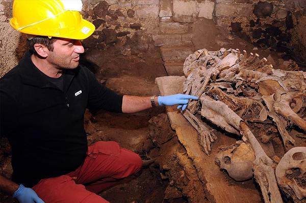 l'archeologo franco campus indica il luogo del rinvenimento foto di mauro chessa