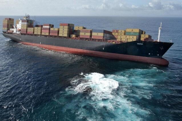 Il carburante ed il petrolio sversati dal cargo Rena, arenatosi qualche giorno fa su una barriera corallina al largo delle coste della Nuova Zelanda, hanno raggiunto la costa.