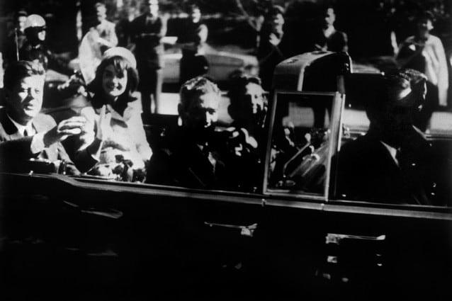 Il 22 novembre del 1963 il Presidente americano John Fitzgerald Kennedy veniva assassinato, lasciando sgomenta una nazione ed il mondo intero. Le speranze che quell'uomo giovane e democratico incarnava vennero stroncate da un delitto che ha ancora tantissimi punti oscuri, al punto che in molti parlano ancora di complotto.