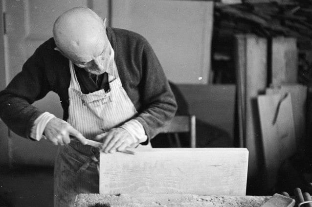 Sono tantissime le professioni legate all'artigianato e all'agricoltura che rischiano di scomparire nel giro dei prossimi dieci anni, stando ai dati della CGIA Mestre, una tendenza preoccupante che ci fa porre molte domande sul nostro futuro.