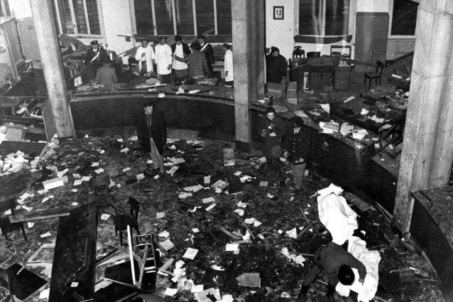 """Nel pomeriggio del 12 dicembre 1969 un ordigno esplode nella sede della Banca Nazionale dell'Agricoltura di Piazza Fontana a Milano, uccidendo 17 persone e ferendone 88: è l'inizio della """"strategia della tensione""""."""