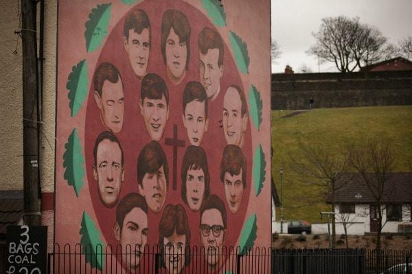 Il 30 gennaio del 1972, i paracadutisti dell esercito britannico aprivano il fuoco contro una folla di civili inermi che manifestava per i propri diritti civili nella città di Derry, in Irlanda del Nord. Per quelle quattordici vittime, alcune colpite alle spalle, altre mentre sventolavano un fazzoletto bianco, una gran parte giovanissimi che non avevano ancora compiuto vent'anni, il Primo Ministro del Regno Unito David Cameron ha chiesto scusa recentemente riconoscendo un errore ingiusto ed ingiustificabile