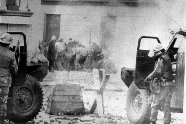 Il 30 gennaio del 1972, i paracadutisti dell esercito britannico aprivano il fuoco contro una folla di civili inermi che manifestava per i propri diritti civili nella città di Derry, in Irlanda del Nord. Per quelle quattordici vittime, alcune colpite alle spalle, altre mentre sventolavano un fazzoletto bianco, una gran parte giovanissimi che non avevano ancora compiuto vent'anni, il Primo Ministro del Regno Unito David Cameron ha chiesto scusa recentemente riconoscendo un errore ingiusto ed ingiustificabile.
