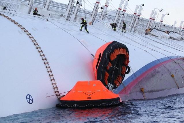 Un nuovo movimento della nave ha costretto i soccorritori ad interrompere le operazioni  di recupero dei dispersi. A bordo si cercano ancora 23 persone che mancano all'appello.