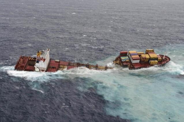 Disastro ambientale sulle coste della baia di Plenty, meta turistica per le sue bellezze naturalistiche e rifugio per moltissime specie. Dopo mesi di angoscia e timore, il cargo Rena si è spezzato ed ora i suoi container sono finiti in mare.