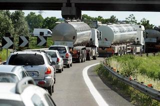 Scontro tra tir in A14, carico sull'asfalto e traffico in tilt: 8 km di coda a Bologna