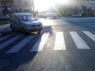 """Parma, grave donna travolta sulle strisce: """"Sbalzata sull'asfalto e abbandonata dall'auto pirata"""""""