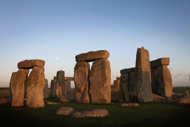 Recentemente due esperti sono tornati sulla questione della provenienza dei megaliti più famosi del mondo verificando che gli enormi blocchi rocciosi provengono effettivamente da un sito del Galles, posto a più di duecento chilometri di distanza da Stonehenge. E resta aperto il dibattito sulle modalità di trasporto.