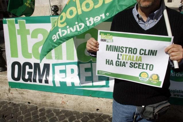 Montecitorio - protesta verdi contro il ministro Clini OGM