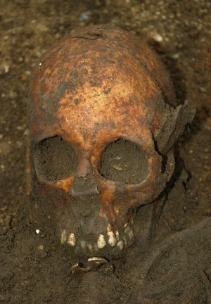 Lo scheletro di un adolescente vissuta nel VII secolo d. C., presumibilmente di elevato rango sociale, è stato ritrovato dagli archeologi adagiato su un letto in legno in una ricca sepoltura, in un villaggio nei pressi di Cambridge. Si aprono nuove prospettive nello studio della diffusione del cristianesimo nell isola britannica.