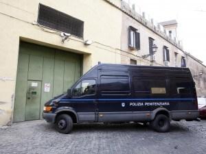 Detenuto sfugge al controllo durante sosta carburante e scappa: caccia all'uomo a Catania