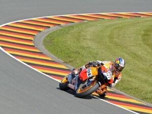 Al Sachsenring vince lo spagnolo Dani Pedrosa. Al secondo posto Jorge Lorenzo, che sfrutta l'incredibile errore di Stoner, che all'ultimo giro è finito fuori pista. Terzo Dovizioso, sesto Valentino Rossi.