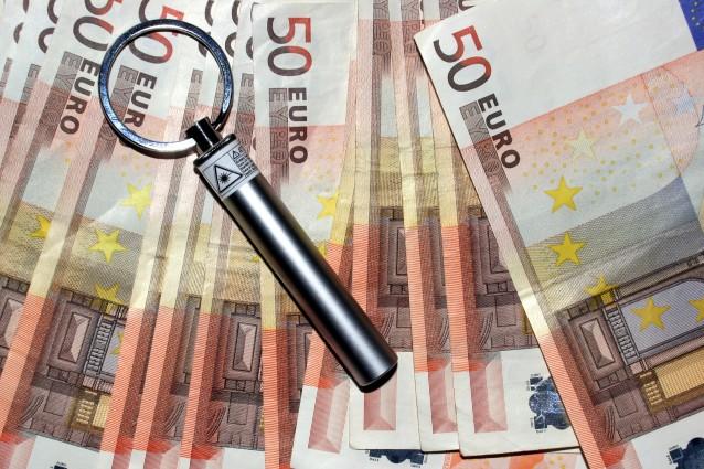 """Un'accessorio utile che può aiutarci a riconoscere una banconota falsa da una vera , si tratta di un """"portachiavi"""" che emette luce raggi UV tramite un led . Si trova ormai comunemente in commercio"""