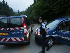 Orrore in Alta Savoia dove padre, madre e nonna in vacanza sono stati uccisi in auto. Si salvano solo le due bimbe, una ferita, l'altra di soli 4 anni nascosta per ore in macchina sotto i corpi dei suoi familiari. Ucciso anche un ciclista francese.