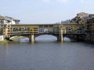 Firenze, turista USA imbratta Ponte Vecchio con un pennarello: costretto a pulire con acqua e spugna