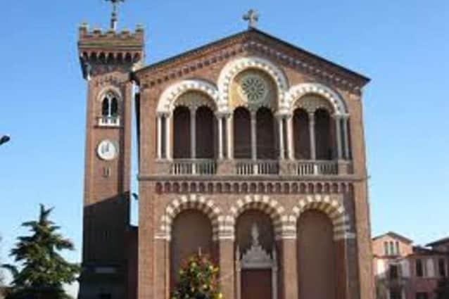Il drammatico incidente a Limena, in provincia di Padova. La donna, tornata da un percorso in un convento di clausura per diventare suora, aveva chiesto al parroco il permesso di salire su per scattare alcune foto.