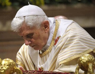 """Giallo in Vaticano, Ratzinger: """"Non è mio il libro su celibato dei preti"""". Cardinale: """"Sapeva"""""""