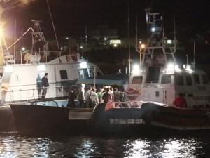 Questa notte 77 immigrati sono stati soccorsi dagli uomini della Capitaneria di Porto a circa 145 miglia a sud est della costa italiana di Lampedusa. A qualche ora dal salvataggio un altro allarme: c'è una seconda imbarcazione in difficoltà con circa 60 persone a bordo.