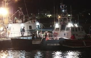 Migranti, 172 persone arrivano nella notte a Lampedusa, soccorse da motovedette italiane