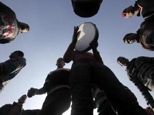 In Egitto, nel giorno del secondo anniversario della rivoluzione, in piazza Tahrir sono state violentate decine di donne egiziane e straniere. Violentate da gruppi di uomini, sotto gli occhi della folla giunta a manifestare. Il terribile racconto di una di queste donne, una ragazza italiana residente al Cairo, sposata con un egiziano.