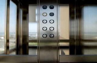 Scompare nel nulla mentre è al lavoro, la trovano due giorni dopo bloccata nell'ascensore