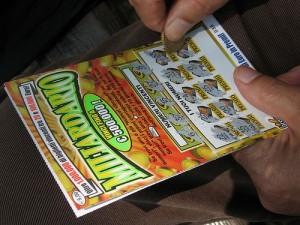 Vince un miliardo al Gratta e Vinci poi scopre che il biglietto è contraffatto