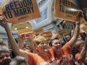 Il Senato del Minnesota ha votato a favore della legge che legalizza i matrimoni omosessuali, passata già una settimana fa alla Camera. Subito dopo la diffusione del risultato nell'aula sono esplosi i festeggiamenti.