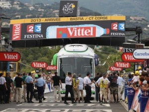 il bus sul traguardo del tour