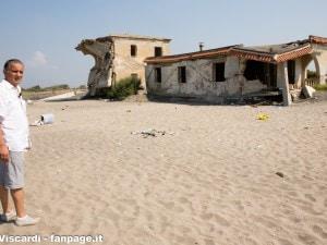 Un palazzo abusivo sulla spiaggia di Bagnara
