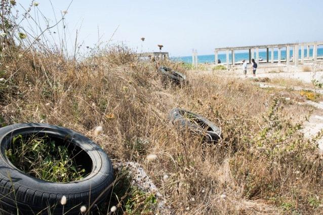La spiaggia libera di Licola tra abusi edilizi e rifiuti