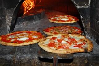 Agrigento, brucia rifiuti speciali nel forno della sua ex pizzeria: denunciato