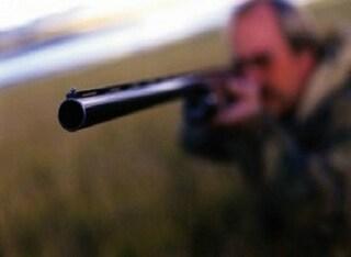 Cacciatore spara ma colpisce padre col neonato in braccio nel giardino di casa