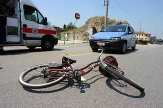 Treviso, 13enne in bicicletta travolta da un'auto sul rettilineo: è gravissima