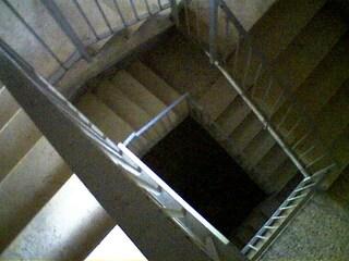 Dramma a Genova: 19enne ipovedente precipita dalle scale di casa e muore