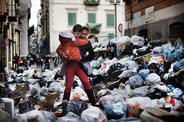 Zona popolare di Napoli durante la crisi dei rifiuti del 2010.